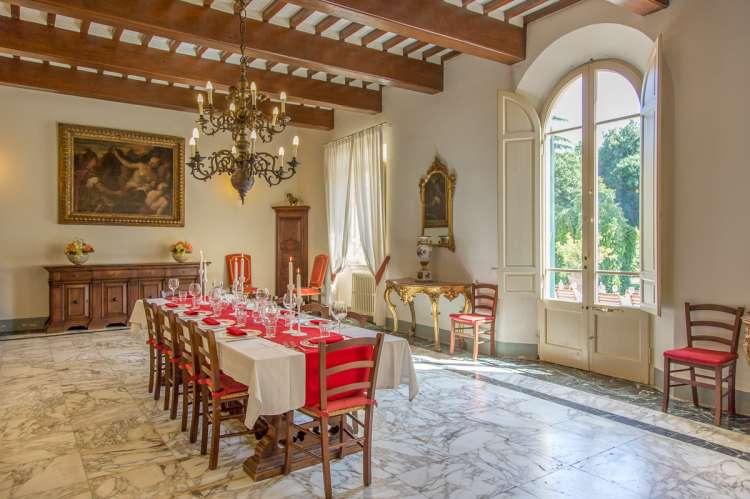 Bildet viser spisestue med langbord og marmorgulv i feriehus ved Pisa i Toscana.