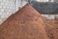 Bildet viser restene etter olivenpressingen. Det er en stor haug med brun masse. Massen består av malte oliven.