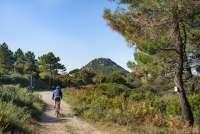 Bildet viser mann som sykler på terrengsykkel i Monte Pisano, Ovenfor Montemagno, Calci, Pisa, Toscana.