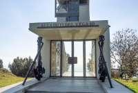Bildet viser minnesmerket Monumento ai Caduti Vega 10, også kalt Fyret, som ligger i fjellene Monti Pisani ovenfor Montemagno og Calci, og utenfor Pisa.