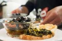 Bildet viser servering av salte oliven til forrett på en restaurant.