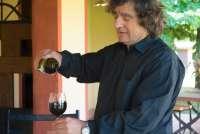 Bildet viser Fabio, verten på feriestedet La Pergola som skjenker vi for vinsmaking.
