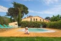 Bildet viser et lite barn som sitter foran et basseng foran et feriehus i Calci, like utenfor Pisa i Toscana.