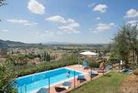 Bildet viser Karine Angell som bader i bassenget til feriehuset Villa Vista ved Calci, like utenfor Pisa. Det er utsikt mot Pisa og Middelhavet.