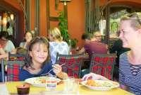 Bildet viser Karine Angell og Livia som spiser lunjs på restauranten på feriestedet La Pergola i Toscana.