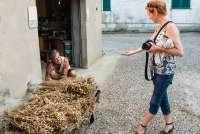 Bildet viser Gunn Skarlo fra SiToscana som snakker med med en bonde som har høstet kikerter.