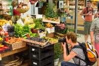 Bildet viser Gunn Skarlo som fotograferer på Mercato Centrale, matmarkedet i Firenze.