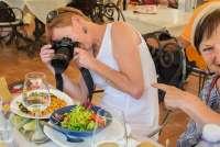 Bildet viser Gunn Skarlo fra SiToscana som fotograferer et lunsjmåltid.