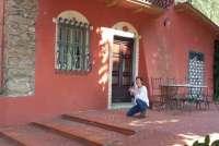 Bildet viser Gunn Skarlo som fotograferer feriehus for SiToscana.