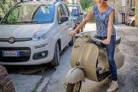 Bildet viser Gunn Skarlo på en Vespa scooter i landsbyen Montemagno. Foto: John Arne Eidsmo