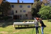 Bildet viser Gunn Skarlo og Karine Angell under en photoshoot for SiToscana. Feriehuset er Villaen Castrum Moriori ved San Miniato, midt mellom Pisa og Firenze i Toscana.